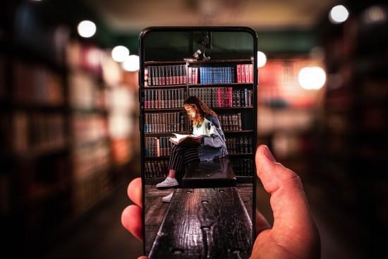 bilde av en jente i et bibliotek. Foto: Cristiano Firmani