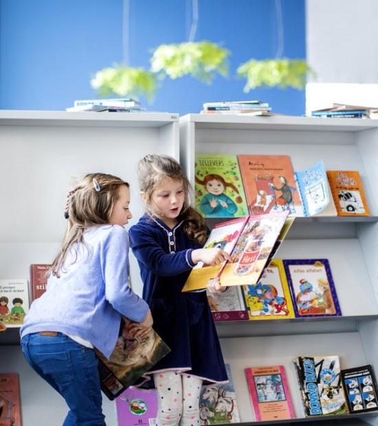 to førsteklassejenter ser i bøker. foto: Elisabeth Tønnessen
