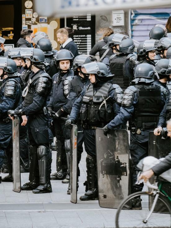 Tungt bevæpnet politi i Paris.