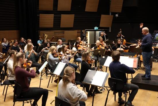 For studentene på campus Bjergsted betyr julekonserten hardt arbeid og intens øving den siste uka. Fra øving i Lille konsertsal ved Fakultet for utøvende kunstfag i Bjergsted.