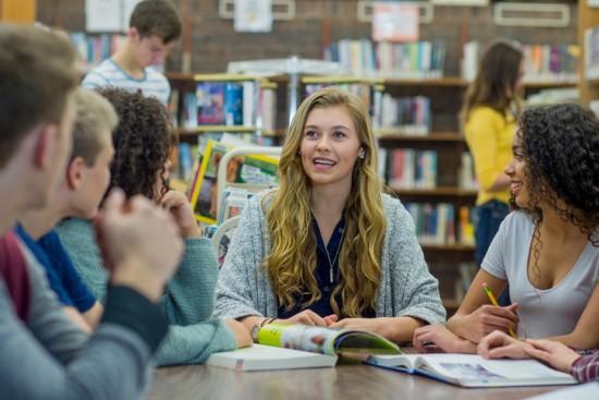 tenåringer i bibliotek