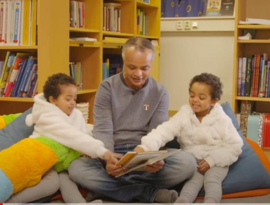 far og to døtre leser
