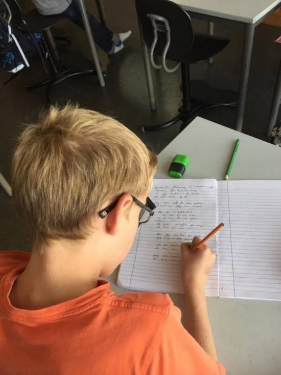 gutt skriver