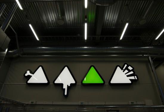 Kunstinstallasjon med hvite og en grønn trekant på Ivar Langens hus.