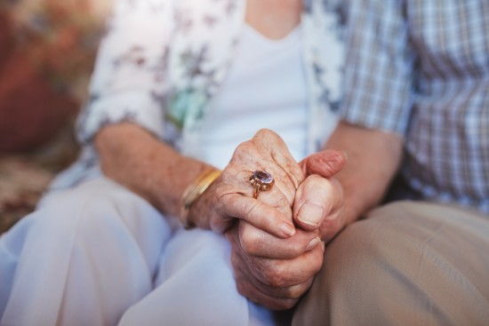 eldre par som holder hender
