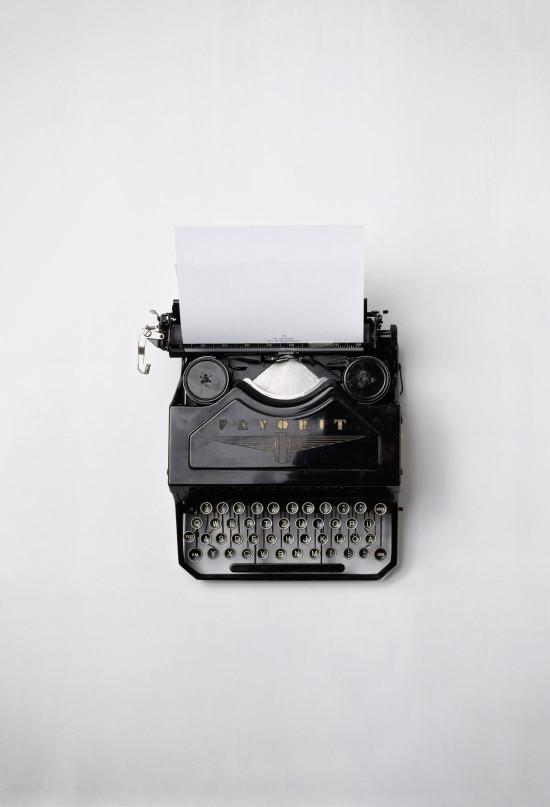 Svart hvitt foto av en gammeldags skrivemaskin