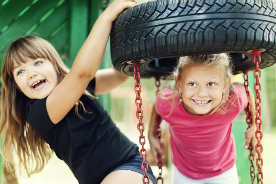 to jenter leker på dissestativ i friminutt. foto:: getty