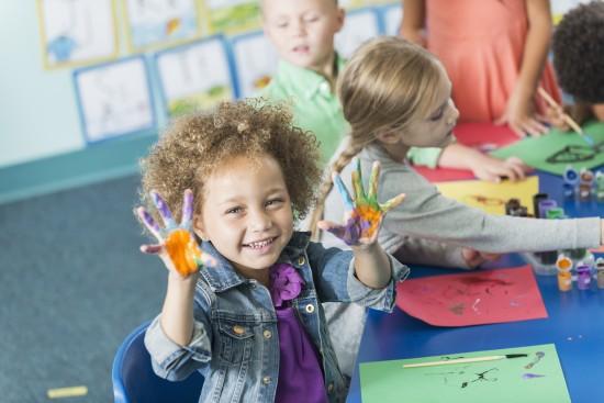 lek i klasserommet. jente maler. foto: getty