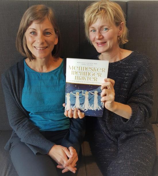 To kvinner holder en bok