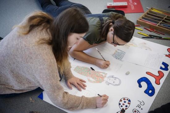 To jenter i ungdomsskolealder arbeider med en skoleoppgave.