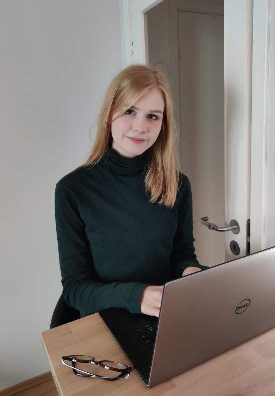 Biletet syner student Saxeide Lerum som sit med datamaskinen og skriv.