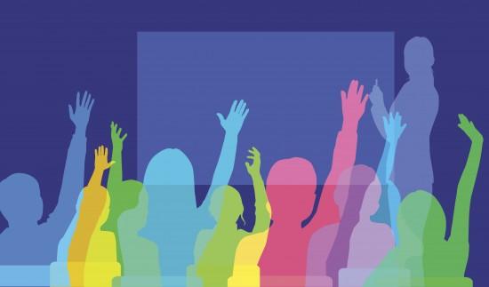 Illustrasjon av klasserom der lærer står ved tavla og elevene rekker opp hånda.