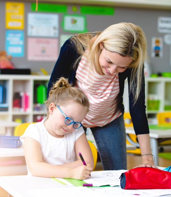 Lærer hjelper elev