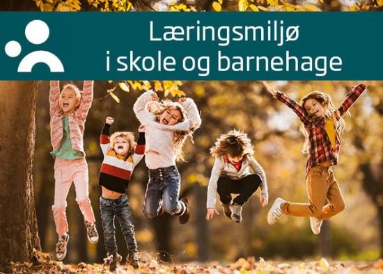 Profilbanner for podkasten Læringsmiljø i skole og barnehage, med logo, tittel og bilde av fem barn som hopper høyt i en skog med høstfarger.