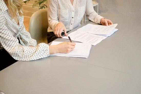 illustrajsonbilde av to kvinner som behandler dokumenter