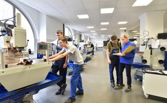 Elever i industrihall får yrkesfaglig utdannelse