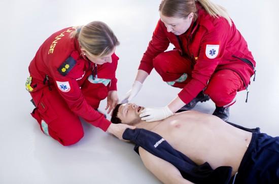 paramedisin ferdighetstrening med traumedukke