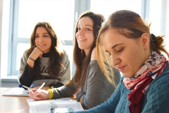 Kvinnelige studenter undervisning studerer
