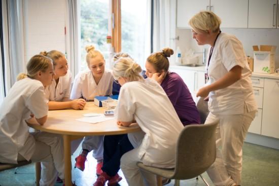 Sykepleiestudenter med lærer i lab