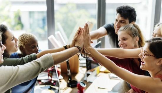 studenter som gir hverandre high five