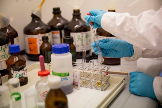 Kjemistudenter gjør forsøk i laboratorium.