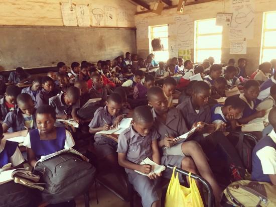 Elever i fullt klasserom i Malawi