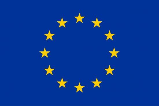 EU-flagget i blått med tolv gule stjerner.