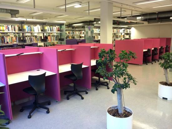 Stille lesesal i biblioteket