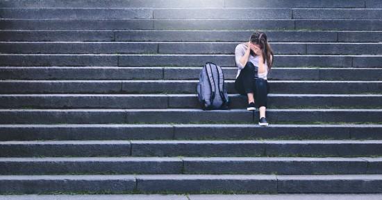 En jente som sitter på en trapp