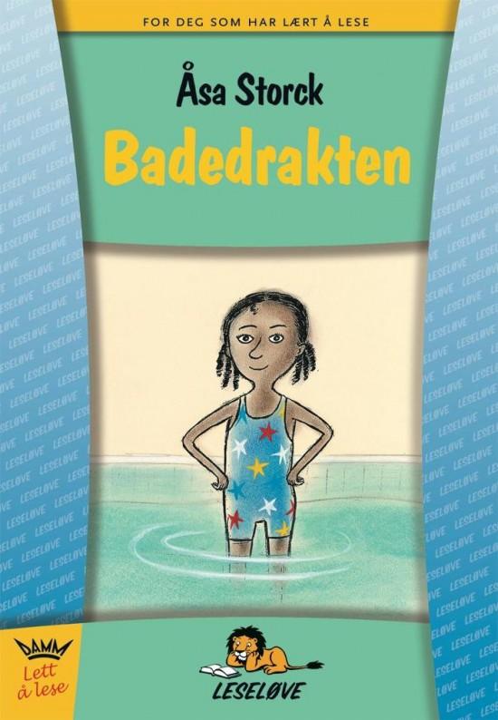 Bokomslag: Jente i badedrakt står med bena i vannet i et badebasseng