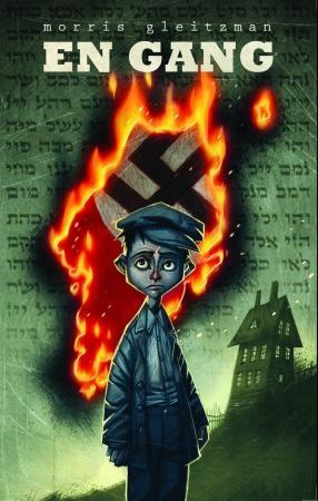 Bokforside: Illustrasjon av trist gutt. Bak han brenner en himmel av hebraiske tegn, og et hakekorsflagg kommer fram gjennom himmelen.