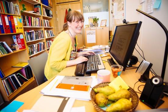 Ingvil Førland Hellstrand sitter på kontoret.