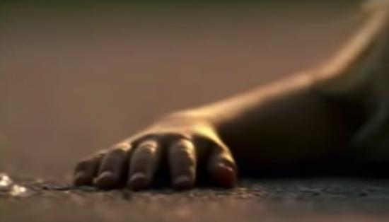 "Faksimile fra filmen ""Att döda et barn"": Hånd på asfalten"