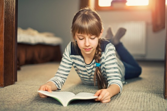 jente leser hjemme