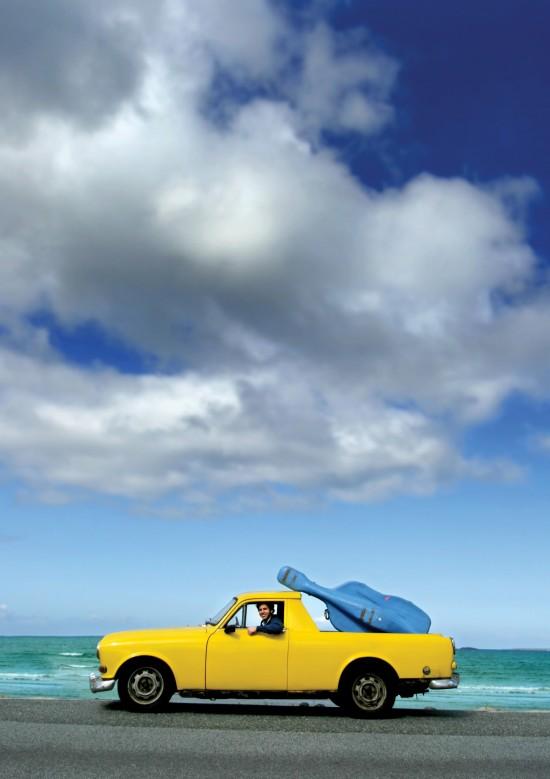 gul bil med blå bass
