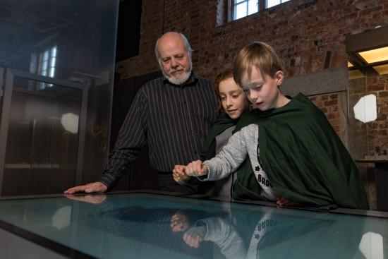 Barn ser på vikingkart sammen med bestefar.