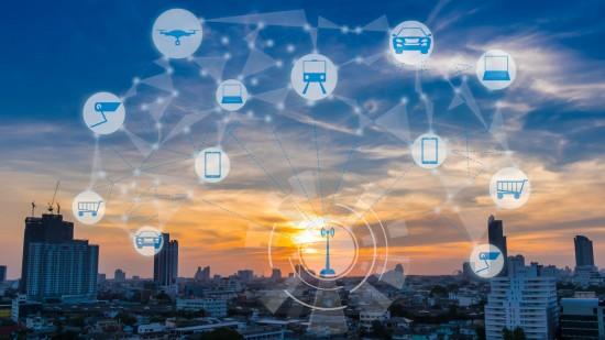 Illustrasjon av storby med ikoner som viser ulike teknologier