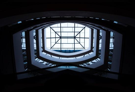 illustrasjonsbilde nivåer. Bilde tatt nedenifra hvor man ser et glasstak med tre etasjer i sirkel nedover