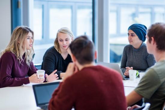 Studenter rundt et bord