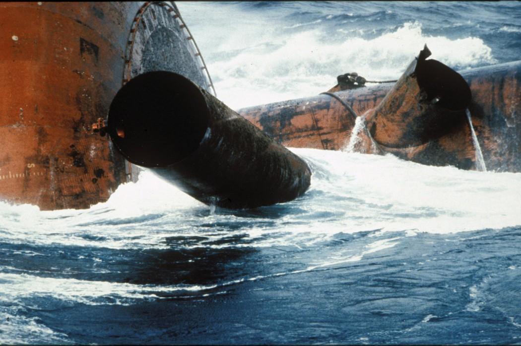 Havarert oljeplattform i opprørt sjø