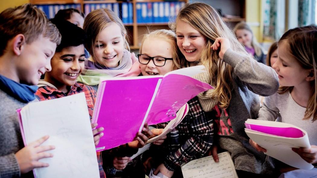 elevgruppe med skrivebøker