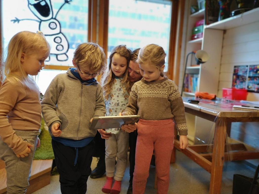 barn med ipad i barnehagen