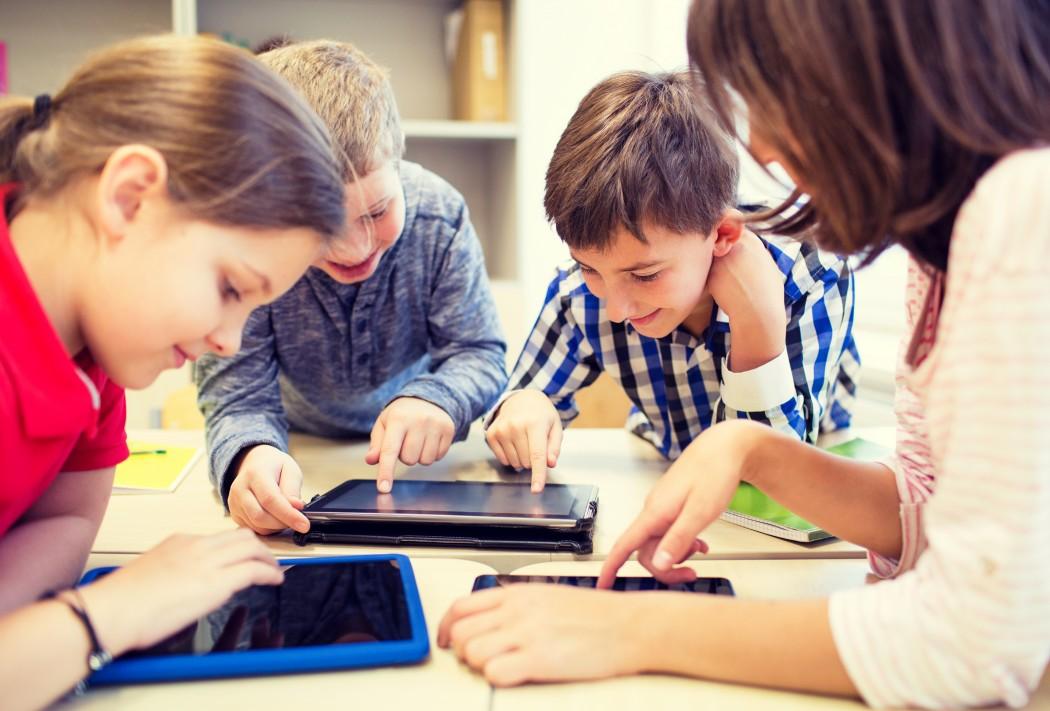 Elever i klasserom jobber på nettbrett