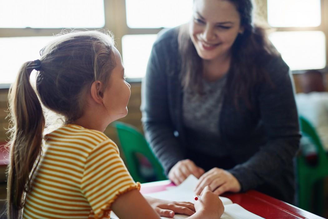 Lærer og elev snakker sammen