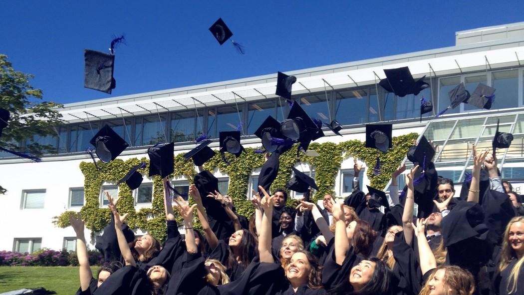 Studentar ved studieavslutning på UiS campus