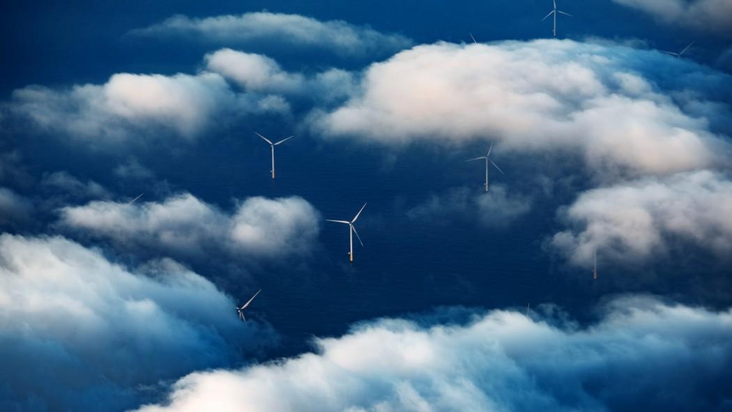 Vindmøller sett frå lufta gjennom skylag