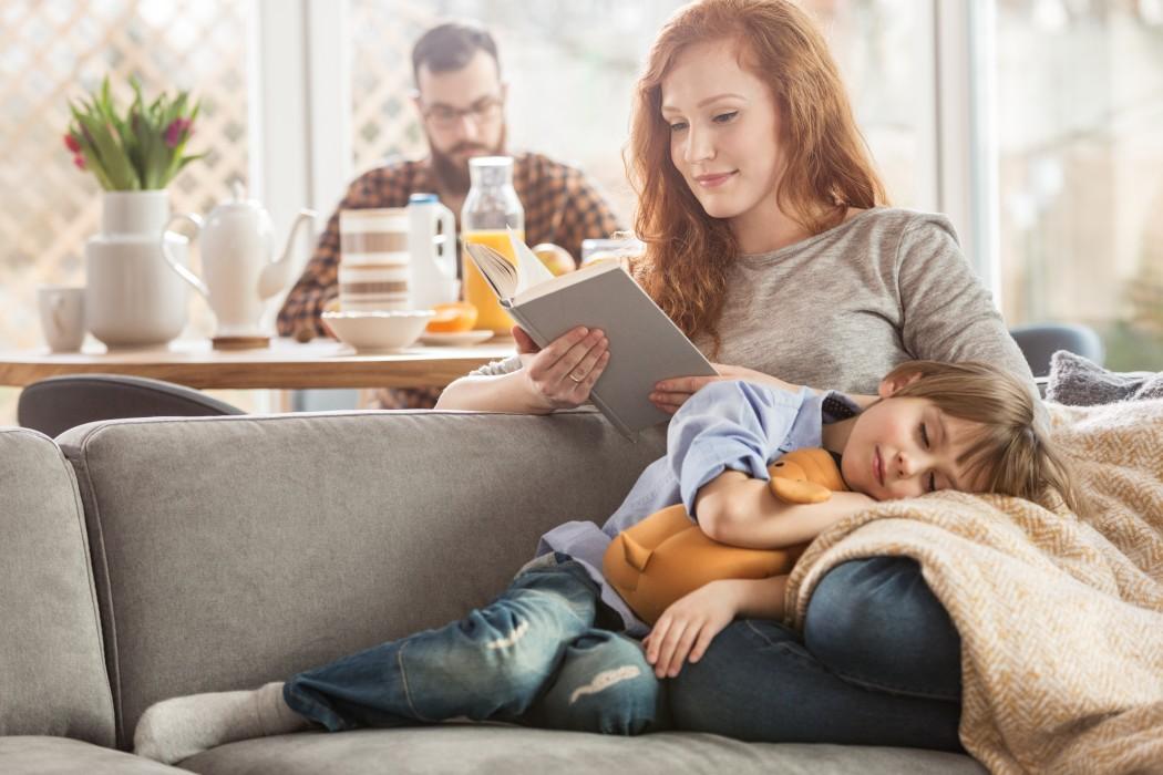mor leser med sønn i fanget