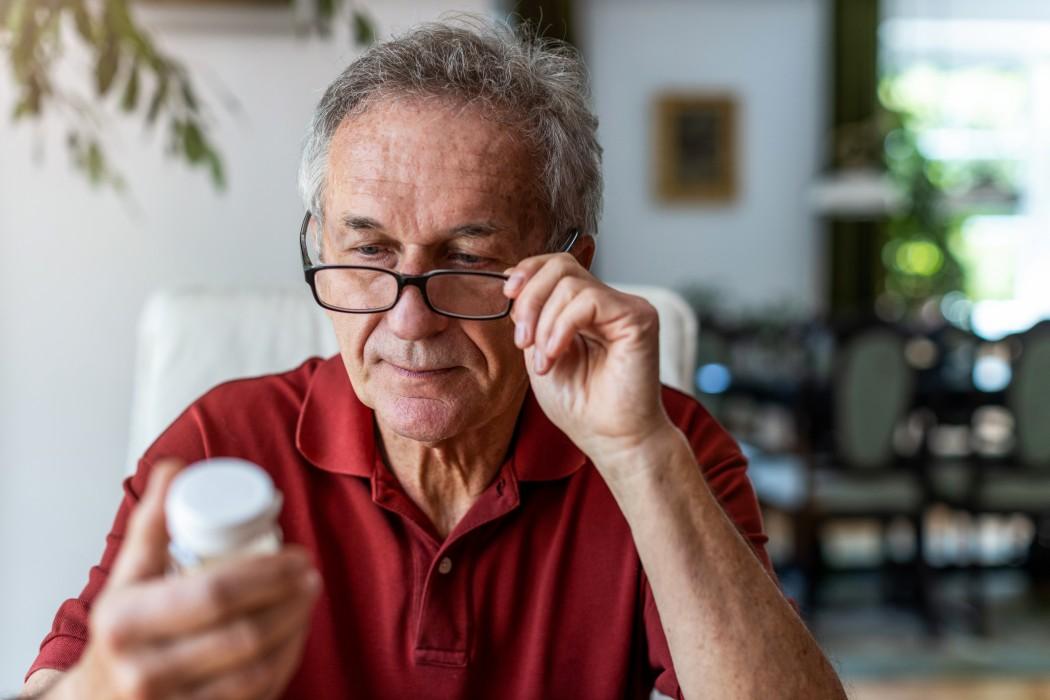 Eldre mann med pilleboks