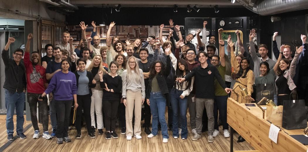 Gruppebilde av glade deltakerne på Future Energy Hack i Dataverkstedet