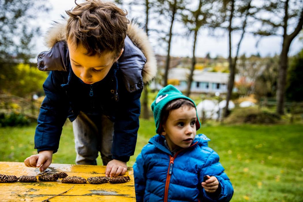 To barn leker med kongler